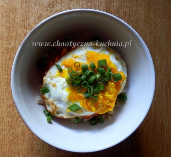 Ryż z ostrym sosem i jajkiem sadzonym