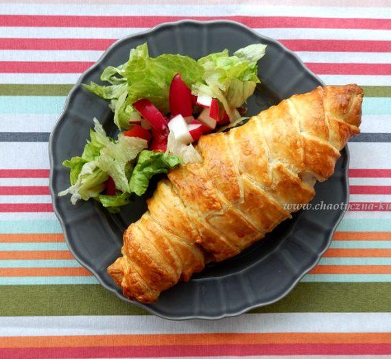 Pierś z kurczaka w cieście francuskim (mumia) z rustykalną sałatką